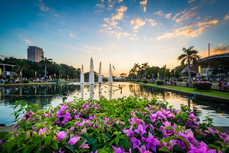 Bloemen en fonteinen bij zonsondergang in Rizal Park, in Ermita, Manilla, De Filippijnen.