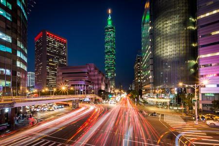Xinyi Road의 교통 정보, 야간 타이페이 101의 전망, 타이페이, 대만.