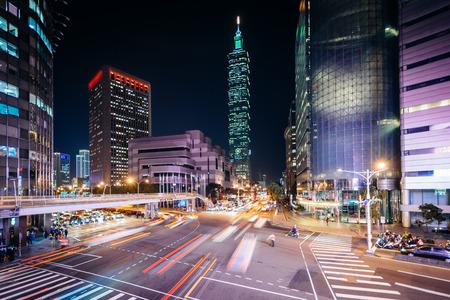 Der Verkehr auf Xinyi Straße und Ansicht von Taipei 101 in der Nacht, in Taipei, Taiwan. Standard-Bild