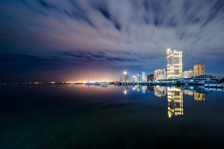 Baai van Manilla 's nachts, gezien vanaf Harbour Square, in Pasay, Metro Manilla, de Filippijnen. Stockfoto