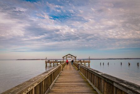Fishing pier on the Potomac River in Leesylvania State Park, Virginia. Stok Fotoğraf - 55505917