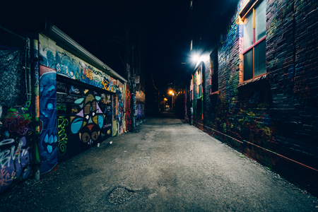 Graffiti-Gasse in der Nacht, im Fashion District von Toronto, Ontario.