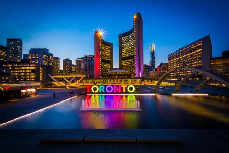 夜では、ダウンタウンのトロント、オンタリオ州でネイサン フィリップス スクエアとトロント記号のビュー。