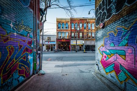 落書き場、クイーンストリートウェスト、ファッション地区のトロント、オンタリオ州の建物のストリート アート。 報道画像