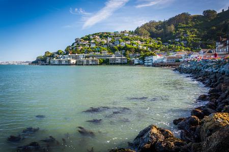 The San Francisco Bay and hill in Sausalito, California. Foto de archivo