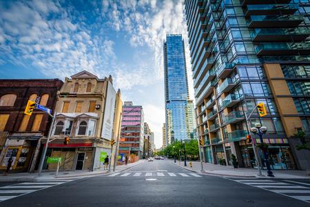 Moderne gebouwen op de kruising van Yonge Street en Yorkville Avenue in Midtown Toronto, Ontario.