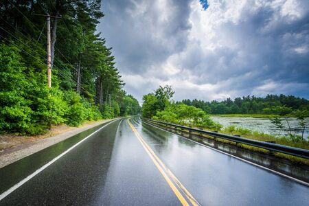 schlagbaum: Der Londonderry Turnpike und Massabesic See nach einem Sommergewitter, in Manchester, New Hampshire.