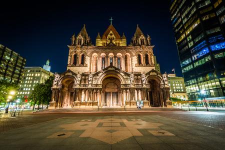 Trinity Church 's nachts, op Copley Square, in Boston, Massachusetts.