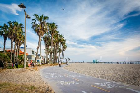 베니스 비치, 로스 앤젤레스, 캘리포니아에서 해변을 따라 자전거 경로입니다.