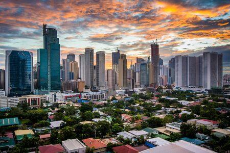 Mening van de horizon van Makati bij zonsondergang, in Metro Manilla, de Filippijnen.