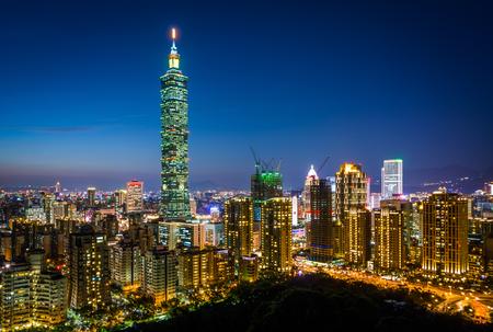 Weergave van Taipei 101 en de skyline van Taipei in de nacht, van Elephant Mountain, in Taipei, Taiwan. Stockfoto