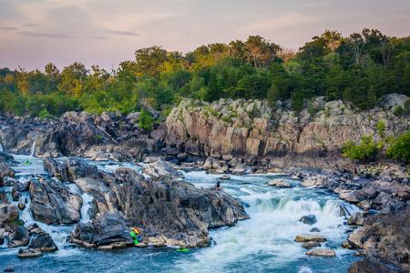 Mening van stroomversnellingen in de rivier de Potomac bij zonsondergang, in Great Falls Park, Virginia.