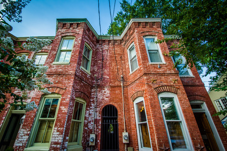 Old brick houses in the Old Town of Alexandria, Virginia. Reklamní fotografie - 63933899