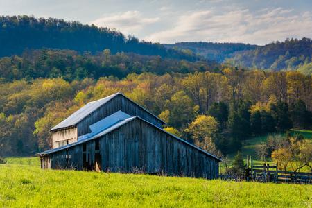 Color de granero y primavera en el valle rural de Shenandoah de Virginia. Foto de archivo