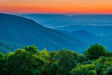 Sonnenuntergang über dem Blue Ridge und Shenandoah Valley von Crescent Rock Overlook, auf dem Skyline Drive im Shenandoah National Park, Virginia