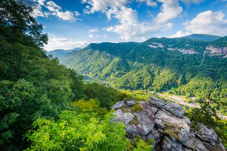 チムニー ロック州立公園、ノースカロライナのプルピット岩からの眺め。