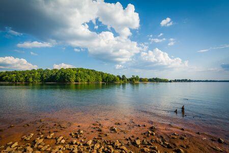 riva rocciosa del Lago di Norman, in Jetton Park, a Cornelius, Carolina del Nord. Archivio Fotografico