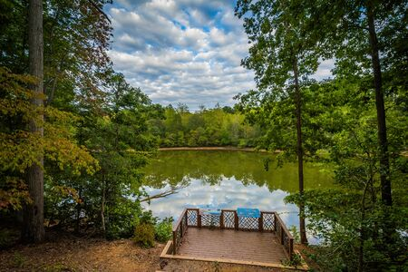Piattaforma e vista sul Lago di Norman a Lake Norman State Park, North Carolina.