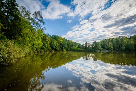 Belle nubi sopra Lake Norman, a Lake Norman State Park, North Carolina. Archivio Fotografico
