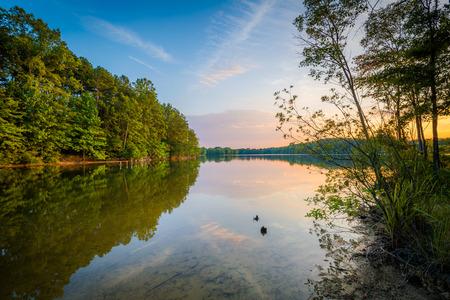 Lake Norman bij zonsondergang, in Parham Park in Davidson, North Carolina.