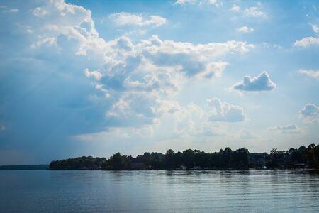 Cielo drammatico sul Lago Norman a Jetton Park, a Cornelius, North Carolina. Archivio Fotografico