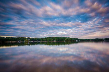 Lunga esposizione di Lake Norman al tramonto, a Lake Norman State Park, North Carolina. Archivio Fotografico
