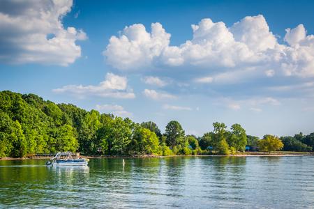 Barca nel lago Norman, vista da Jetton Park, a Cornelius, nella Carolina del Nord.