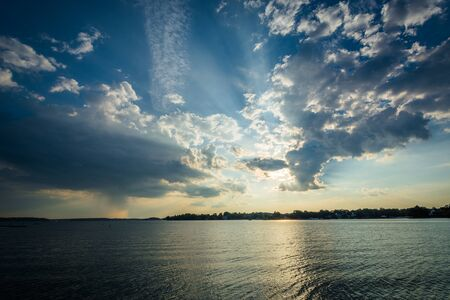Cielo drammatico sopra Lake Norman a Ramsey Creek Park, a Cornelius, Carolina del Nord.