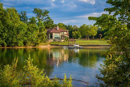Casa sulla riva del lago Norman, a Cornelius, nella Carolina del Nord. Archivio Fotografico
