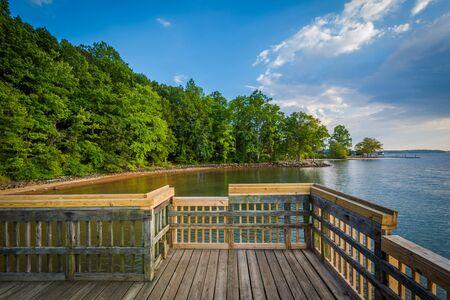Pier sul lago Norman, a Ramsey Creek Park, a Cornelius, Carolina del Nord. Archivio Fotografico