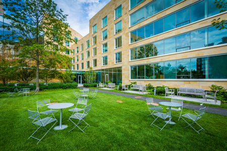 Tables and chairs, and Tata Hall, at Harvard Business School, in Boston, Massachusetts. Reklamní fotografie