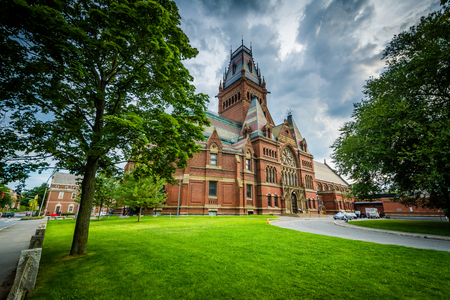 The Harvard Memorial Hall, at Harvard University, in Cambridge, Massachusetts. 免版税图像 - 68953637