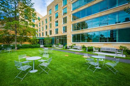 Stoly a židle a Tata Hall, Harvard Business School, v Bostonu, Massachusetts.