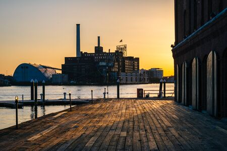fells: Hendersons Wharf, at sunset, in Fells Point, Baltimore, Maryland. Stock Photo