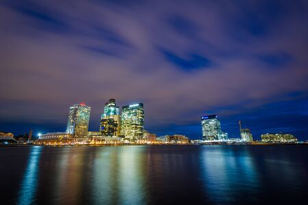 Mening van Havenoosten bij nacht, in Baltimore, Maryland.