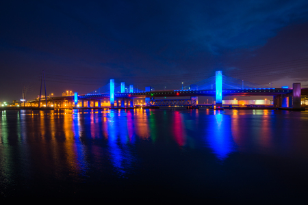 Le Pearl Harbor Memorial Bridge de nuit à New Haven, Connecticut