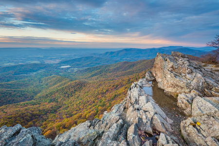 Autumn sunset view from Little Stony Man Cliffs, along the Appalachian Trail in Shenandoah National Park, Virginia Stockfoto