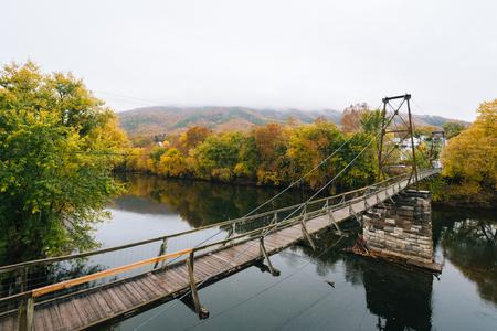 Swinging pedestrian bridge over the James River in Buchanan, Virginia Stock Photo
