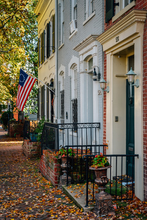 Fall color and row houses in Old Town, Alexandria, Virginia 新闻类图片