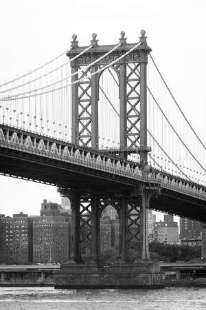 The Manhattan Bridge and East River, seen from DUMBO, in Brooklyn, New York City 免版税图像