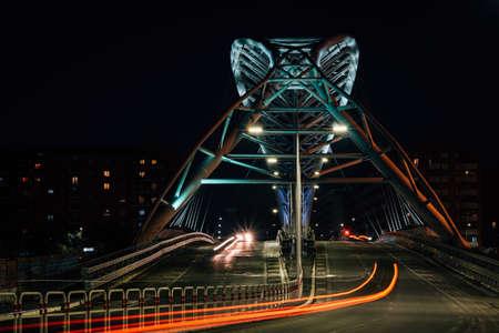 The modern Ponte Settimia Spizzichino bridge at night, in Rome, Italy 免版税图像