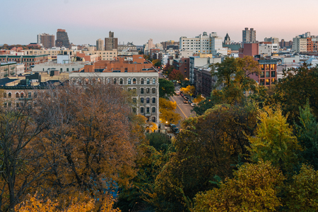 Autumn sunset view over Harlem from Morningside Heights in Manhattan, New York City 免版税图像