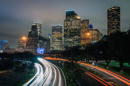 Long exposure of traffic on Allen Parkway and the Houston skyline at night, in Houston, Texas 免版税图像