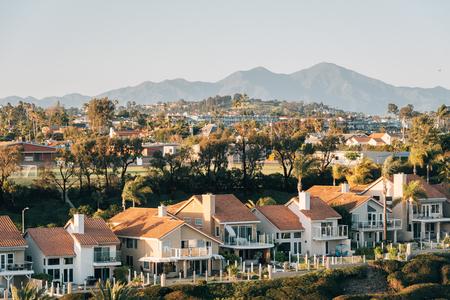 Blick auf Häuser und Hügel vom Hilltop Park in Dana Point, Orange County, Kalifornien