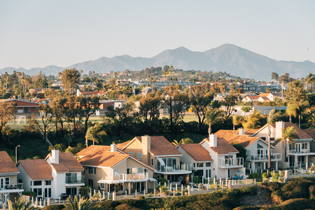 View of houses and hills from Hilltop Park in Dana Point, Orange County, California 版權商用圖片 - 120647555