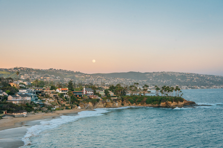 Lever de lune sur Crescent Bay à Laguna Beach, Orange County, Californie Banque d'images