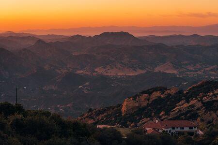 Blick auf den Sonnenuntergang über den Bergen von der Piuma Road in Malibu, Kalifornien? Standard-Bild