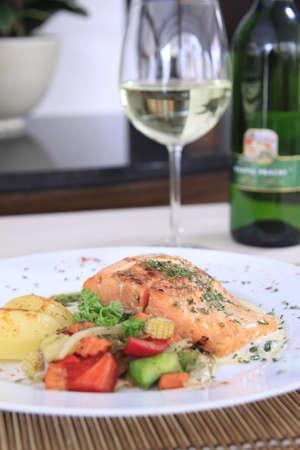 red salmon: Salmon steak with white wine
