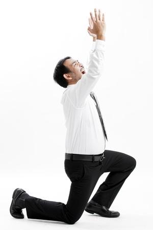 arrodillarse: Hombre de negocios que se arrodilla y que expresa la frustración