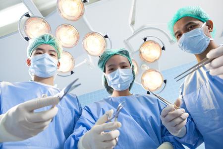 operation gown: Los cirujanos y enfermeros en poder de los utensilios m�dicos